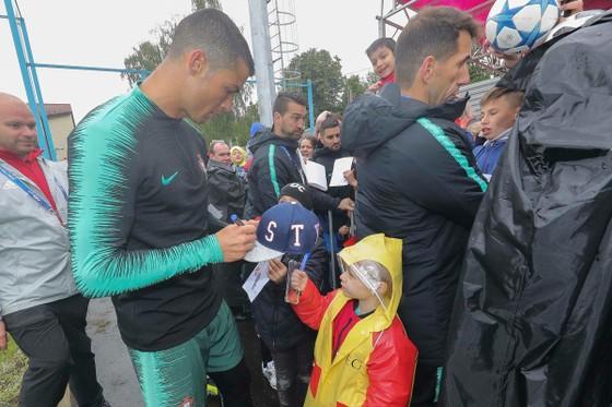 """Hình ảnh các đội tuyển đến với nước Nga tươi đẹp - Ronaldo bị """"quây"""" ảnh 11"""