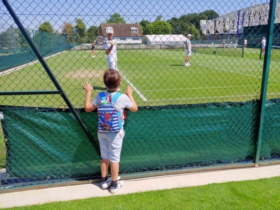 Khoảnh khắc cuối tuần: Federer chơi đùa với 2 con trai sinh đôi, Wozniacki lên ngôi ở Eastbourne ảnh 14