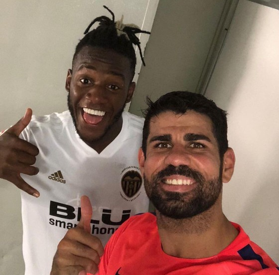 Valencia cầm chân Atletico 1-1: Michy Batshuayi tay bắt mặt mừng với Diego Costa ảnh 4