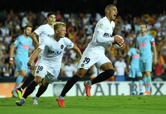 Valencia cầm chân Atletico 1-1: Michy Batshuayi tay bắt mặt mừng với Diego Costa ảnh 2