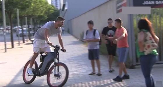 Gerard Pique đi xe đạp điện đến sân tập