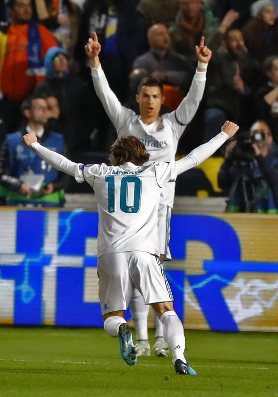 """BÊN LỀ: Balotelli nhảy tưng tưng vì bị đồng đội chơi """"ú òa"""" ảnh 5"""