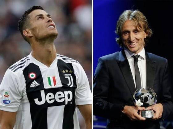 """BÊN LỀ: Balotelli nhảy tưng tưng vì bị đồng đội chơi """"ú òa"""" ảnh 4"""