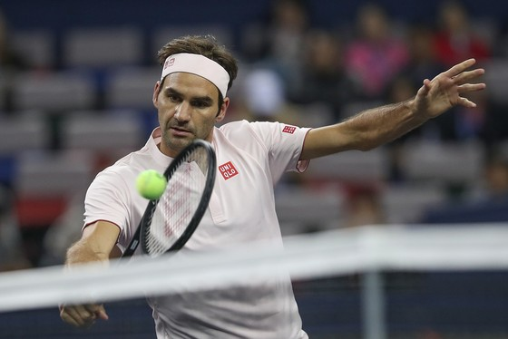 """Roger Federer trong một pha bóng """"tràn lưới"""""""