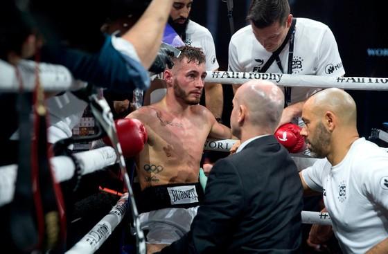 Quyền Anh: Dính chấn thương kỳ lạ, Burnett mất đai WBA, phải rời sàn trên cáng  ảnh 1