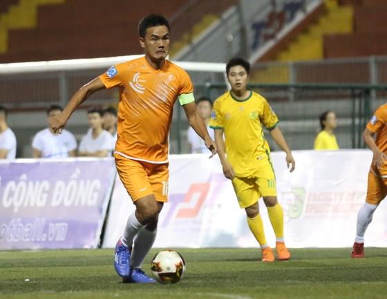 Cựu tuyển thủ Ngọc Thanh tung hoành trên sân phủi