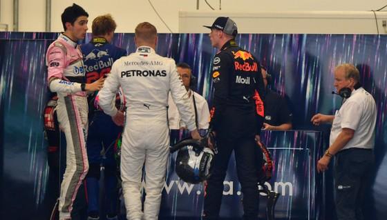 """Đua xe F1: Hamilton thắng chặng đầu tiên sau… ngôi vô địch, Max """"điên"""" nổi điên vì Ocon ảnh 1"""