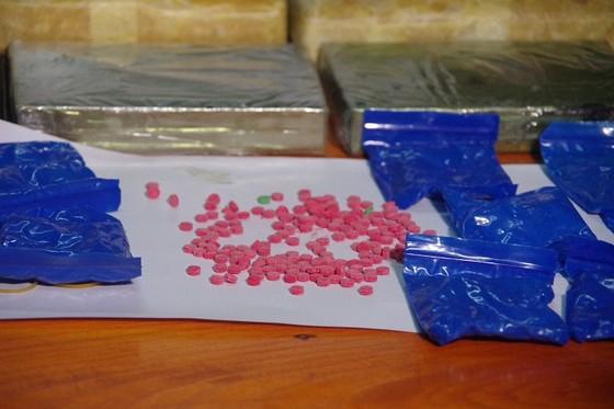 Bắt 2 đối tượng vận chuyển 2 bánh heroin, 18.000 viên ma túy ảnh 2