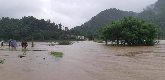 Mưa lớn gây ngập lụt, chia cắt nhiều nơi ở Nghệ An, Thanh Hóa ảnh 1