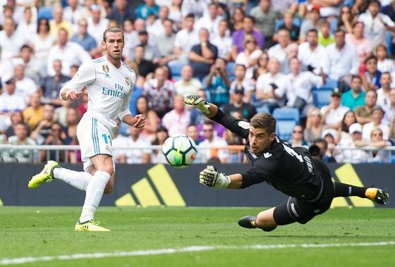 Gareth Bale (trái, Real Madrid) bỏ lỡ cơ hội trước khung thành Levante. Ảnh: Getty Images