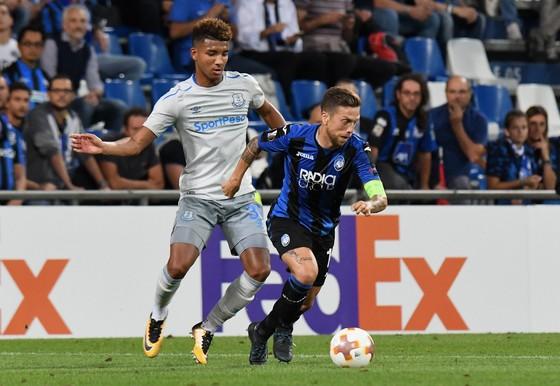 Papu Gomez (phải, Atalanta) đi bóng trước hậu vệ Mason Holgate (Everton). Ảnh: Getty Images.