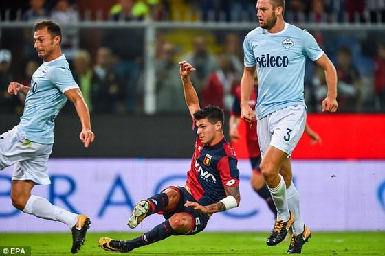 Pietro Pellegri (giữa, Genoa) ghi bàn gỡ hòa tyrước Lazio. Ảnh: EPA.
