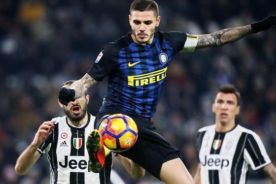 Mauro Icardi (Inter) kiểm soát bóng trước các hậu vệ Juventus. ẢnhL Getty Image