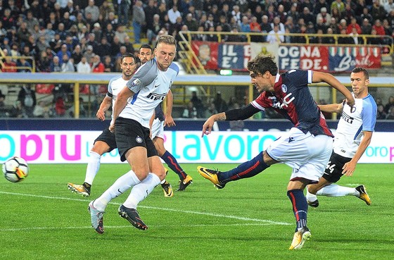 Simone Verdi (phải, Bologna) tung cú sút trước khung thành Inter. Ảnh: Getty Images.