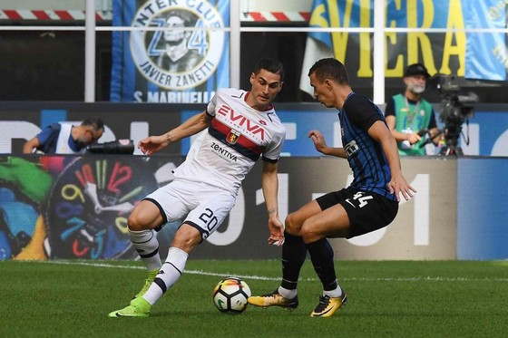 Aleandro Rosi (Genoa) truy cản pha đi bóng của Ivan Perisic (Inter). Anh: Mediaset.