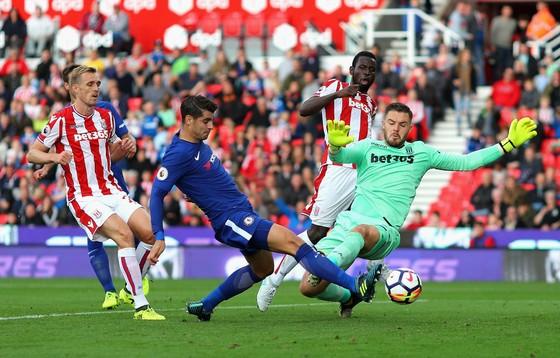 Alvaro Morata (giữa) vừa ghi hattrick cho Chelsea ở Premier League (thắng Stoke City 4-0). Ảnh: Getty Images.