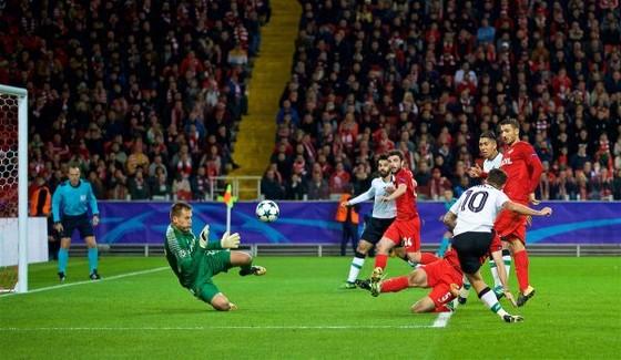 Philippe Coutinho (10, Liverpool) sút hạ thủ thành Rebrov từ 6 thước. Ảnh: Getty Images.