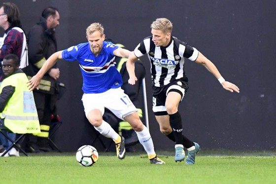 Jens Stryger Larsen (phải, Udinese) đi bóng qua hậu vệ Sampdoria. Ảnh: ANSA