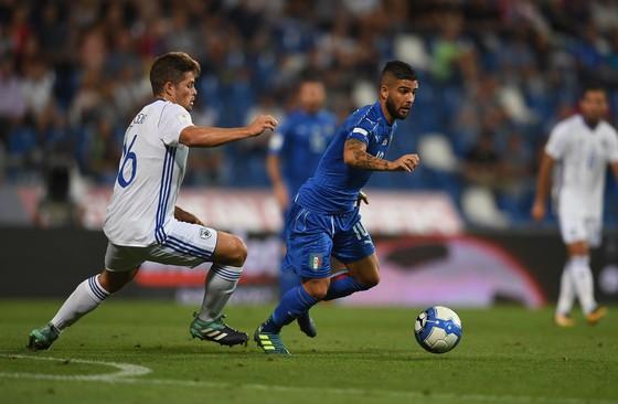 Lorenzo Insigne (trái, Italia) đi bóng qua hậu vệ Israel. Ảnh: Getty Images.
