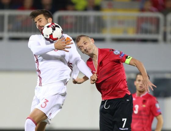 Ansi Agolli (phải - Albania) tranh bóng quyết liệt với trung vệ Gerard Pique (Tây Ban Nha). Ảnh: Getty Images.