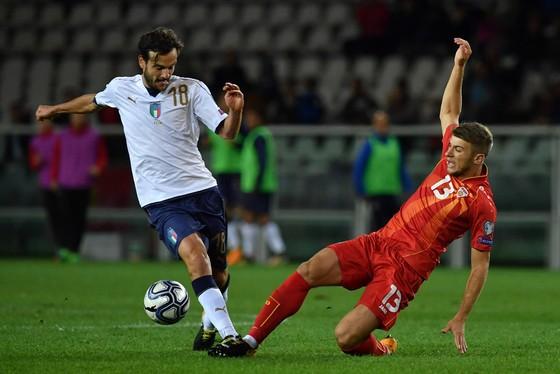 Marco Parolo (trái, Italia) tranh bóng với Stefan Ristovski (Macedonia). Ảnh: Getty Images.