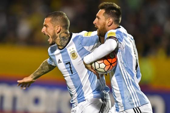 Sau khi ghi bàn, Messi lao vào lưới nhặt bóng để trận đấu nối lại thật nhanh, bởi Argentina vẫn cần thêm bàn nữa… Ảnh: Getty Images.