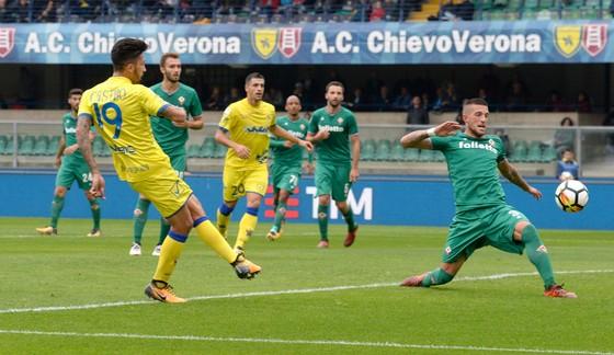 Sai lầm của Cristiano Biraghi (phải, Fiorentina) tạo điều kiện cho Lucas Castro (Chievo) ghi bàn. Ảnh: Getty Images.