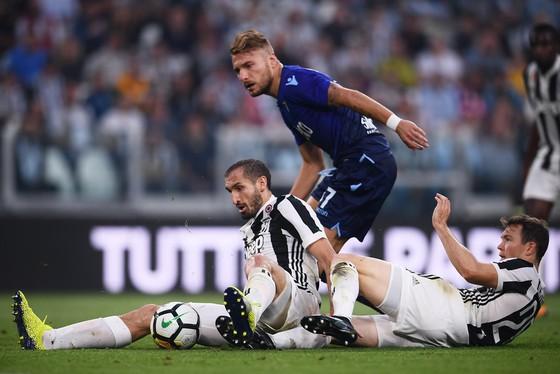 Các hậu vệ Juventus vất vả ngăn cản Ciro Immobile (Lazio). Ảnh: Getty Images.