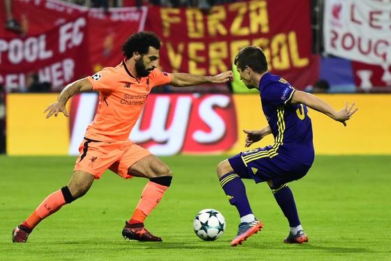 Mohamed Salah (trái, Liverpool) đi bóng qua hậu vệ Maribor. Ảnh: Getty Images.