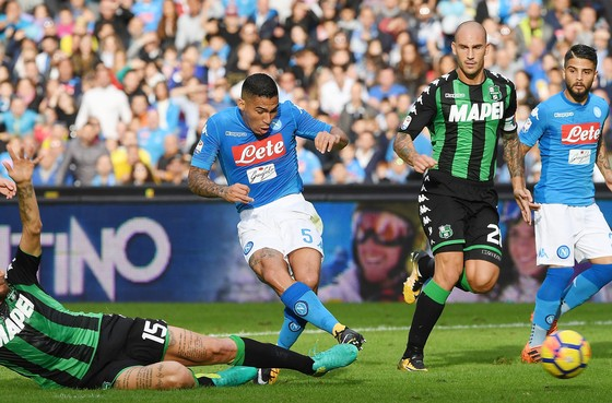 Allan (giữa, Napoli) mở tỷ số trước Sassuolo. Ảnh: Getty Images.
