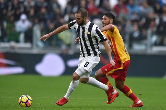 Gonzalo Higuain (trái, Juventus) đi bóng qua Achraf Lazaar (Benevento). Ãnh: Getty Images.