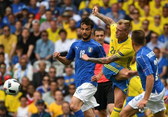 Tiền đạo John Guidetti (Thụy Điển) sút bóng giữa 2 hậu vệ Italia. Ảnh: Getty Images.