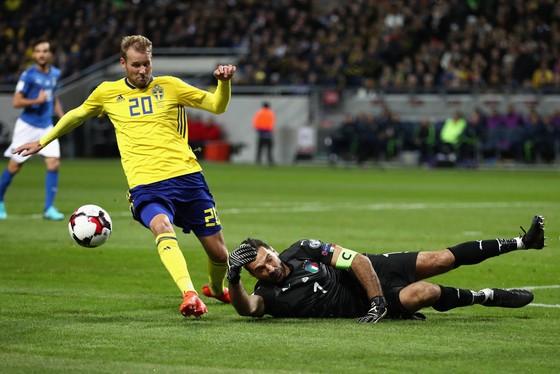 Gianluigi Buffon (Italia) cản phá cú sút của Ola Toivonen (Thụy Điển). Ảnh: Getty Images