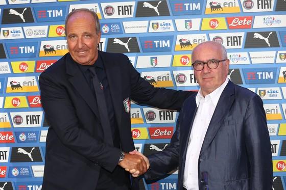 Chủ tịch FIGC Carlo Tavecchio (phải) đã sai lầm khi trao đội tuyển cho Giampiero Ventura. Ảnh: Getty Images.