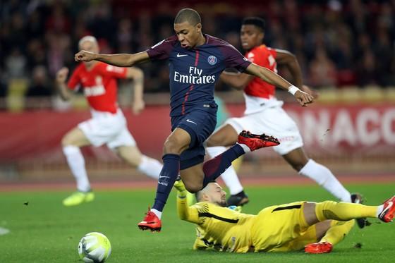 Tiền đạo  Kylian Mbappe (Paris Saint Germain) vượt qua thủ thành Monaco. Ảnh: Getty Images.