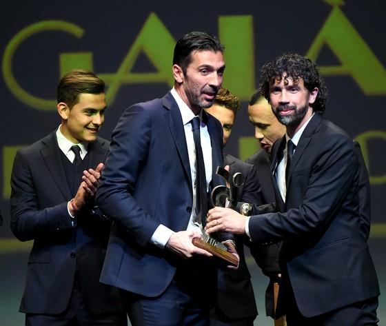 Chủ tịch AIC Damiano Tommasi trao giải cho thủ thành Gianluigi Buffon. Ảnh: Getty Images.