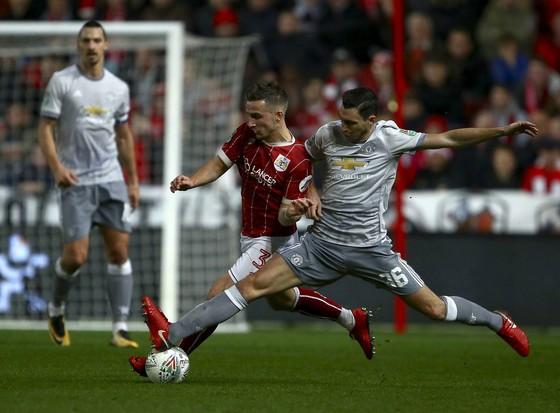 Matteo Darmian (phải, Manchester United) càn phá tiền đạo Bristol City trong Cúp Liên đoàn. Ảnh: Getting Images.