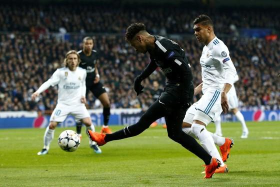 Neymar tung cú sút dù bị Casemiro (Real Madrid) kèm chặt. Ảnh: Getty Images.