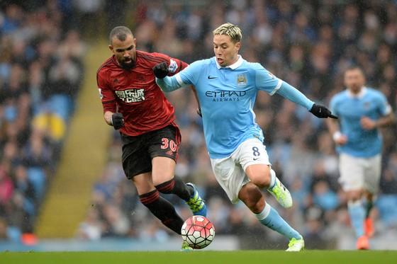 Samir Nasri (phải) trong màu áo Manchester City.
