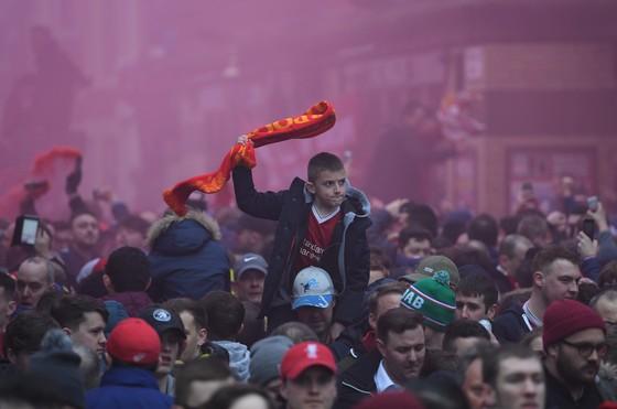 Pep Guardiola nổi giận khi hỏa pháo tấn công xe bus của Manchester City ảnh 1
