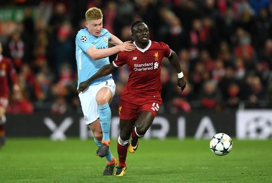 Kevin De Bruyne (trái, Manchester City) khó lòng qua mặt Sadio Mane (Liverpool). Ảnh: Getty Images.