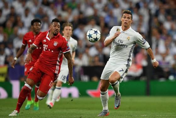 Cristiano Ronaldo (phải, Real Madrid) vượt qua Jerome  Boateng (Bayern Munich)