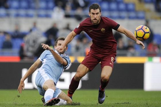 Senad Lulic (Lazio) phá bóng trước Kevin Strootman (AS Roma)