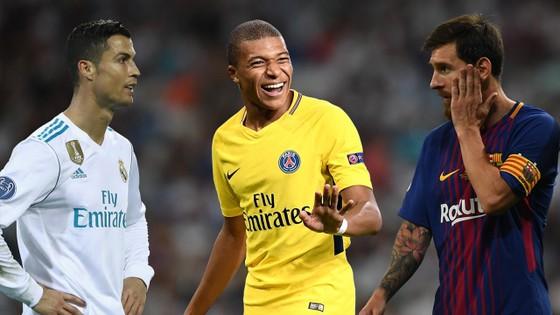 Kylian Mbappe (giữa) qua mặt cả Messi lẫn Ronaldo về tài ghi bàn ở tuổi teen.