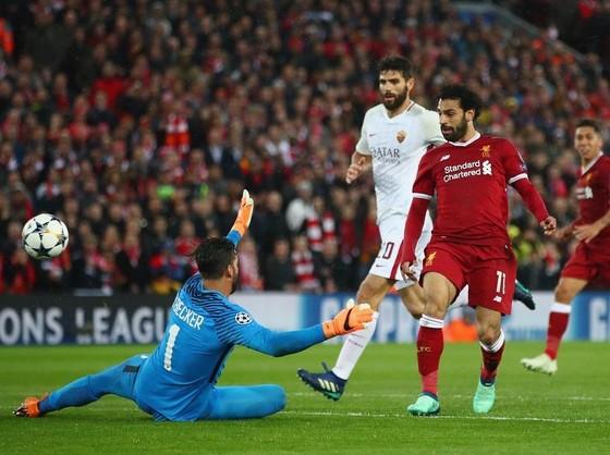 Mohamed Salah (trái, ghi bàn vàpo lưới Roma.