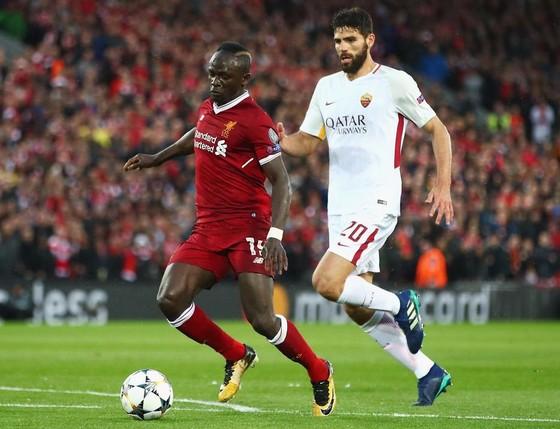 Sadio Mane (trái, Liverpool) thoát qua hàng thủ Roma ở lượt đi.