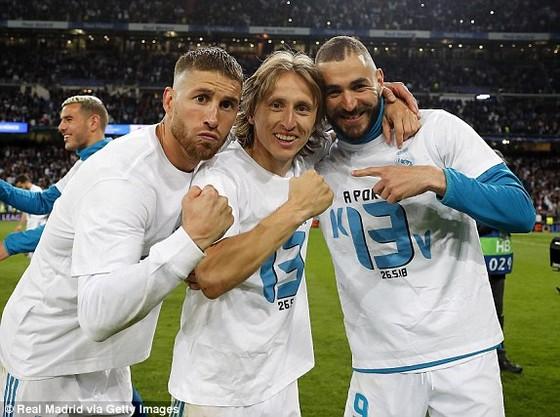 Sergio Ramos, Luka Modric và Karim Benzema mặc chiếc áo có dòng chữ Kiev với cách điều thành số 13, ám chỉ họ sẽ thắng danh hiệu Champions League thứ 13 ở Kiev.