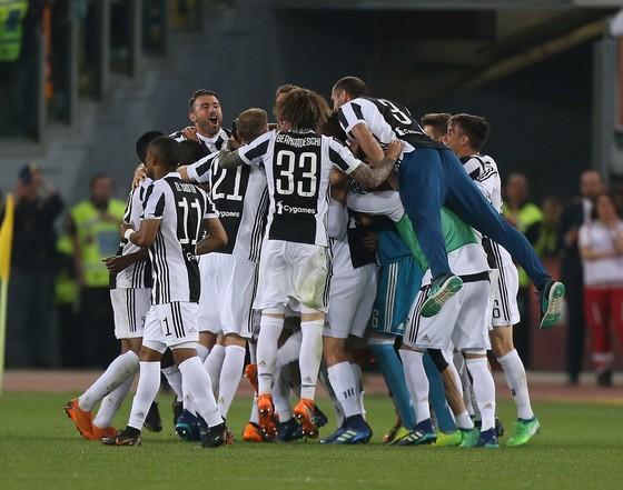 Juventrus ăn mừng danh hiệu thứ 7 lei6n  tiếp trên sân Roma.