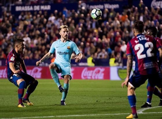Barca tiếc chuỗi bất bại nhưng hài lòng với mùa giải vĩ đại ảnh 1