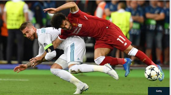 Sergio Ramos quật ngã Mohamed Salah trong trận chung kết